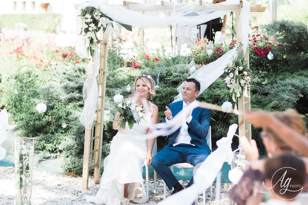 les mariés sous l'arche lors de la cérémonie